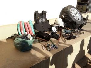 A PM apreendeu explosivos, coletes balísticos e equipamentos perfurantes.  (Foto: Divulgação / Policia Militar)