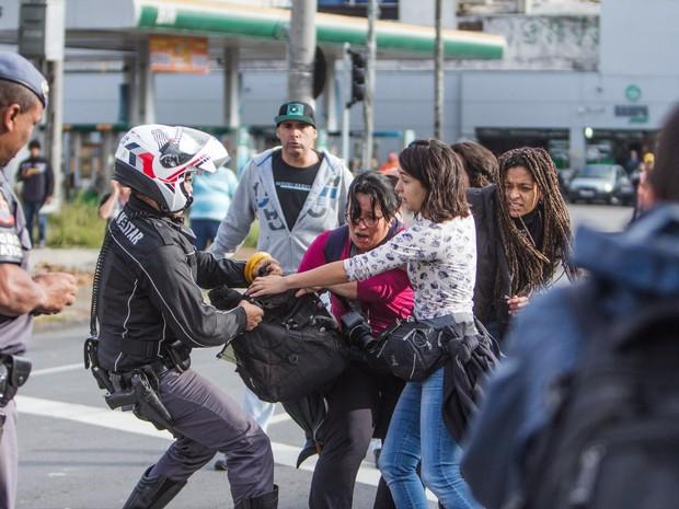 Funcionários e estudantes da Universidade de São Paulo (USP) entram em confronto com a polícia ao tentarem bloquear a Rodovia Raposo Tavares. O protesto faz parte do Dia Nacional de Paralisações e Manifestações contra a Terceirização e o ajuste fiscal (Foto: Marco Ambrosio/Estadão Conteúdo)