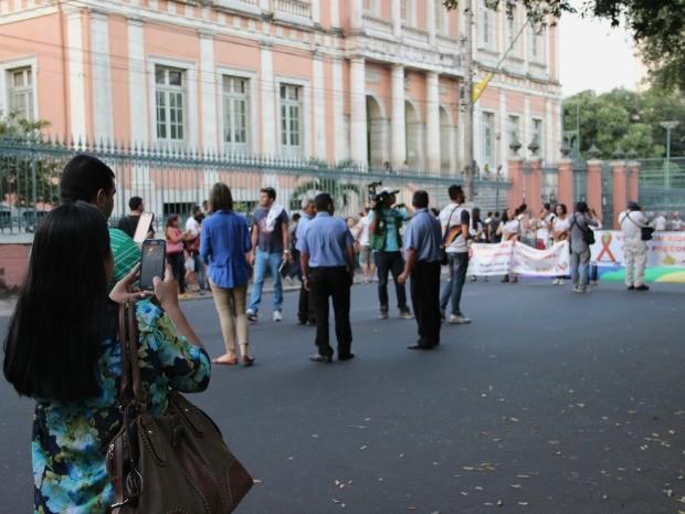 Anny Coelho achou o movimento tão interessante que resolveu registrar o momento (Foto: Marcos Dantas/G1 AM)