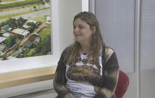 Coordenadora fala o simpósio no estúdio do Acre TV (Foto: Reprodução TV Acre)