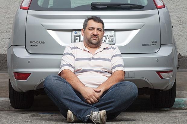 IGNORADO O comerciante Sergio Moura ao lado de seu Focus. Ele ainda espera uma resposta  da montadora (Foto: Rogério Cassimiro/ÉPOCA)