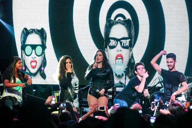 Anitta dança com fãs em show (Foto: Manuela Scarpa/ Brazil News)