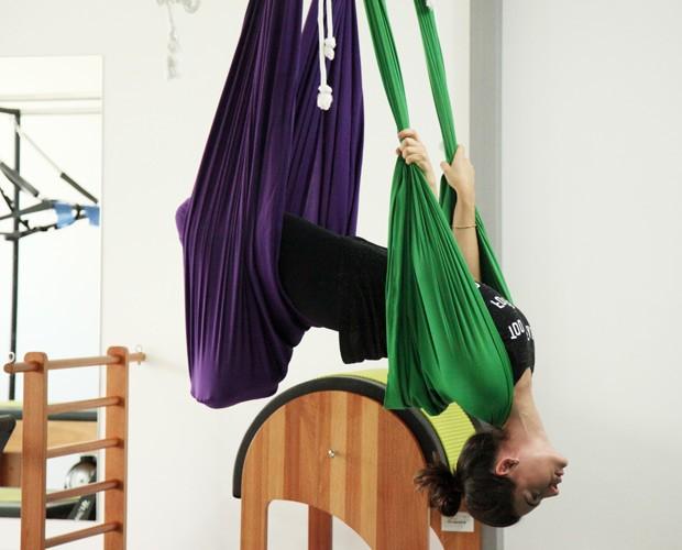 Atriz encara exercícios com tecidos (Foto: Carol Caminha / Gshow)