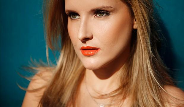 Beleza - Passo a passo make com batom laranja (Foto: Marcos Serra Lima / EGO)