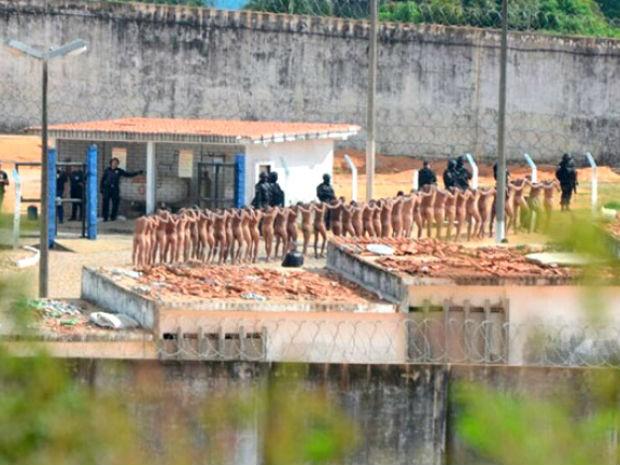 Polícia faz revistde presos (Foto: Adriano Abreu/Tribuna do Norte)