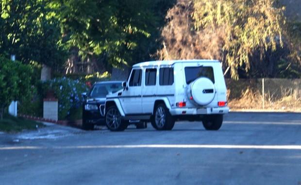 Justin Bieber chega de carro branco à casa de Selena Gomez (Foto: Grosby Group)