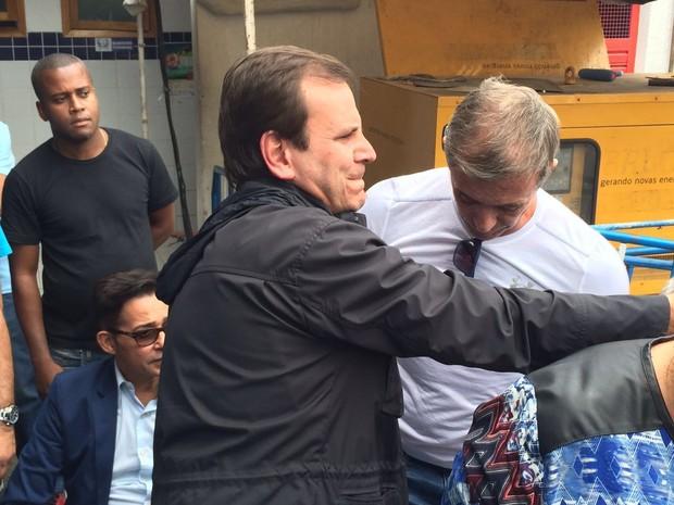 Eduardo Paes e Paulo Barros, no velório de Marcos Falcon (Foto: EGO)