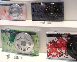 Câmera portátil da Panasonic tem 17,6 milímetros de espessura (Foto: Daniela Braun/G1)
