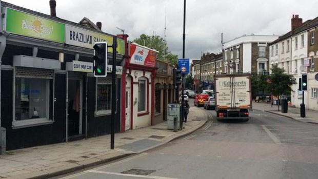 Lojas brasileiras no bairro de Willesden, noroeste de Londres  (Foto: BBC)