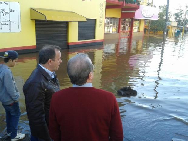 Tarso Genro acompanha prefeito de São Borja, Farelo Almeida (Foto: Guilherme Gomes/Palácio Piratini)