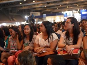Estudantes pré-universitários acompanham atentamente o aulão do Projeto Educação no sábado (14). (Foto: Luka Santos/G1)