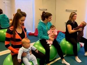 Mamães fazem ginástica com os bebês (Foto: Reprodução/RBS TV)