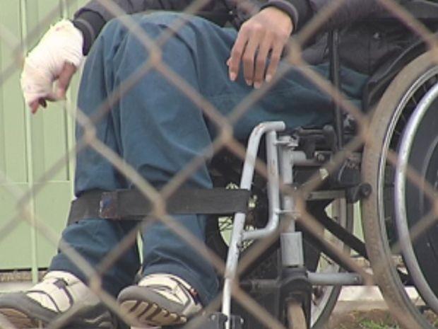 Paciente teve a mão enfaixada após socar um vidro na unidade de saúde.  (Foto: reprodução/TV Tem)