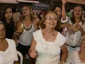 Animada, a aposentada Riva Feitosa comemorou com a família. (Foto: Reprodução/ TV Asa Branca)