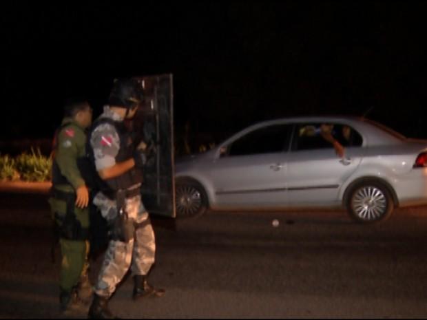 Assaltantes mantém família refém por mais de duas horas na BR-316, no PA (Foto: Reprodução/TV Liberal)