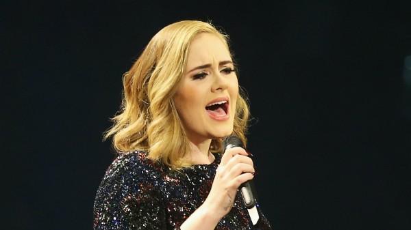 Adele deve assinar contrato milionário com gravadora americana (Foto: Joern Pollex / Getty Images)