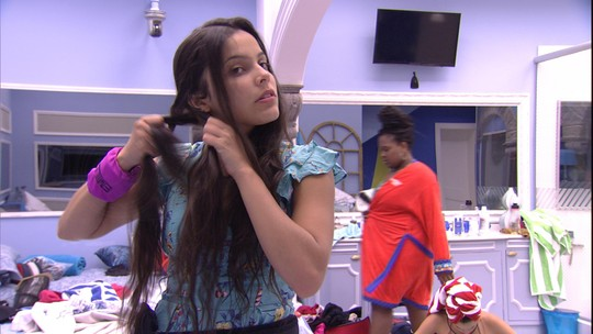 Emilly cuida do cabelo