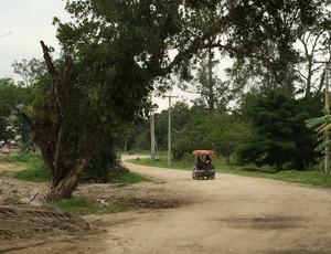 Padre benze o Ninho do Urubu em carrinho (Foto: Ivan Raupp/GloboEsporte.com)