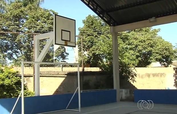 Escola gastou cerca de R$ 150 mil em construção de quadra, que pode ser destruída (Foto: Reprodução/TV Anhanguera)