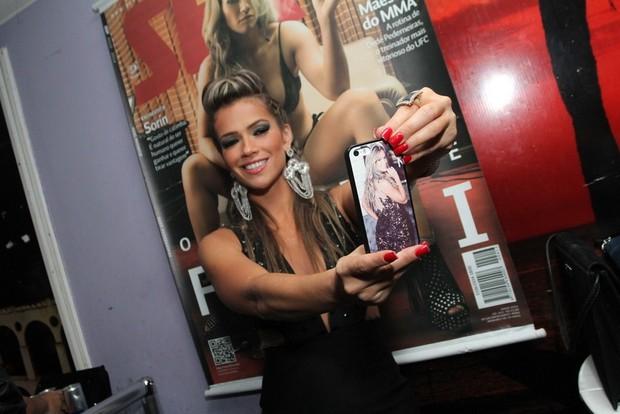 Ex-BBB Fani faz selfie com pôster de sua 'Sexy' ao fundo (Foto: Anderson Borde/Ag News)