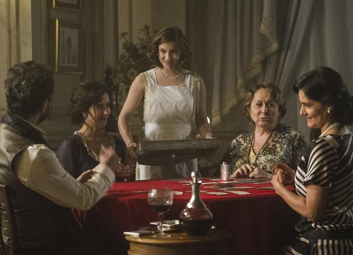 Augusto aproveita as visitas que faz para Cecília para seduzir Mariana (Foto: Caiuá Franco/TV Globo)