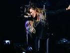 Demi Lovato faz show em São Paulo com mechas coloridas no cabelo