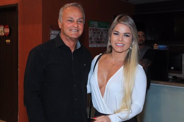 Sem sutiã, namorada de Kadu Moliterno vai com ele a pré do filme Mais forte que o mundo  (Foto: Marcello Sá Barretto / AgNews)
