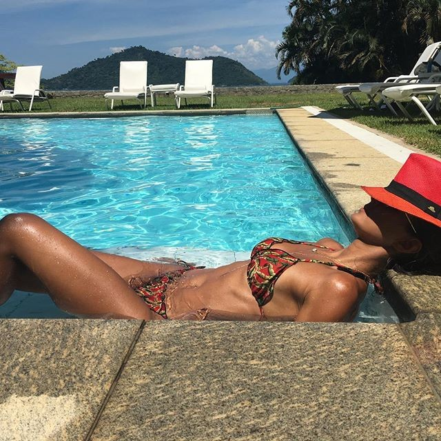 Fl via sampaio curte manh de sol na piscina e exibe for Fotos tumblr piscina
