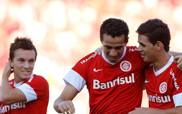 Damião e Oscar comemoram gol contra o Coritiba (Foto: Alexandre Lops/Divulgação, Inter)