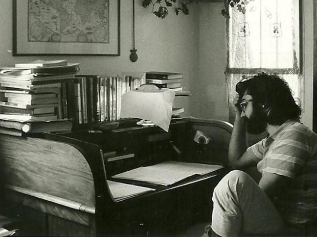 Mauro Iasi em seu escritório, na década de 1980 (Foto: Divulgação)