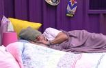 Ronan e Geralda dormem no Quarto Roxo