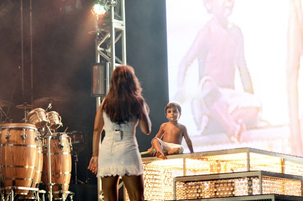 Marcelo, filho de Ivete Sangalo, divide o palco com a cantora durante show (Foto: Saulo Brand&#227;o / Divulga&#231;&#227;o)