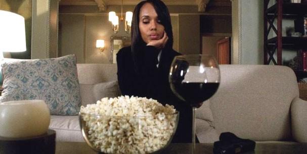 Põe o dedo aqui quem enche a pipoca de sal! Olivia Pope (Kerry Washington) em Scandal representa todas nós (Foto: Reprodução )