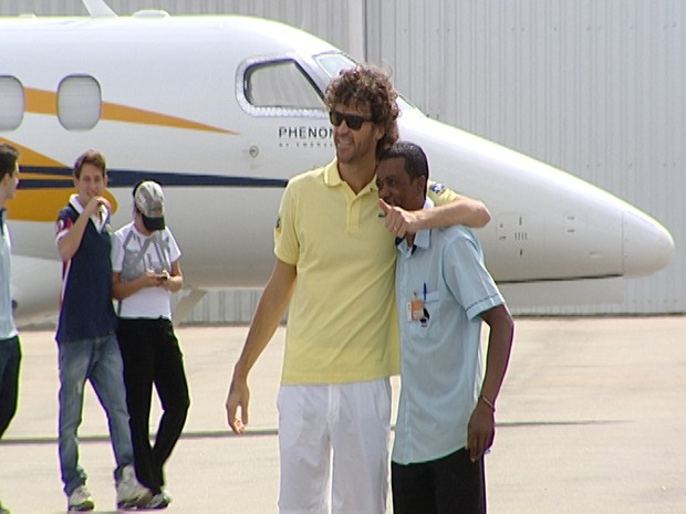 Guga desembarcou em Divinópolis e seguiu para a capital (Foto: Reprodução/TV Integração)