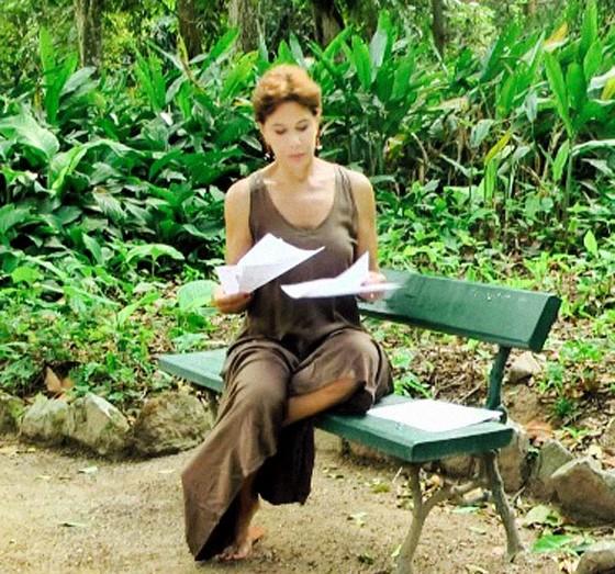 Ângela Vieira decora os textos para a filmagem do documentário; ela foi escolhida pela semelhança com a voz de Edna (Foto: Divulgação)