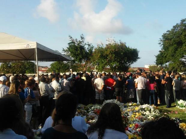Familiares, amigos e admiradores participam do sepultamento do deputado federal João Castelo