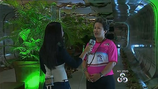 Secretária da SDS, Adenilza Mesquita, fala dos produtos expostas na feira. (Foto: Bom dia Amazônia)