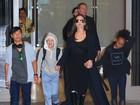 Angelina Jolie desembarca nos Estados Unidos com os filhos