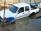 Carro cai de balsa com quatro pessoas em rio no interior do Acre