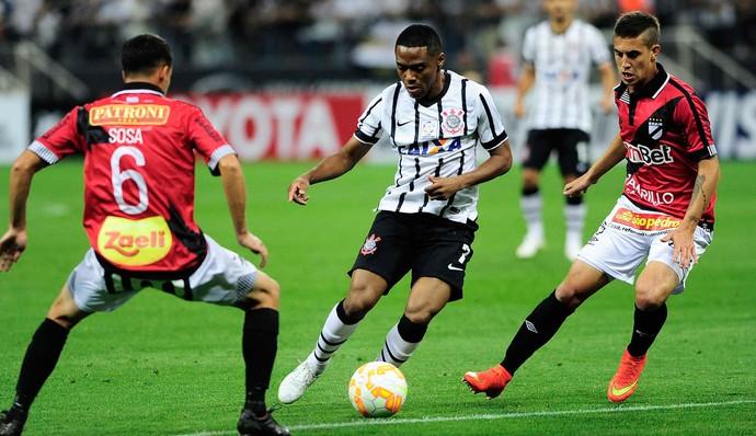 Corinthians x Danubio - lance de jogo (Foto: Marcos Ribolli)
