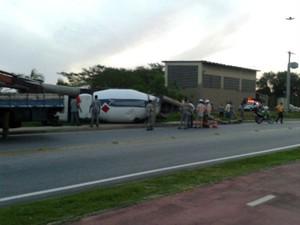 Caminhão tomba em avenida perto do Parque das Águas em Sorocaba (Foto: Cícero da Silva/TEM Você)