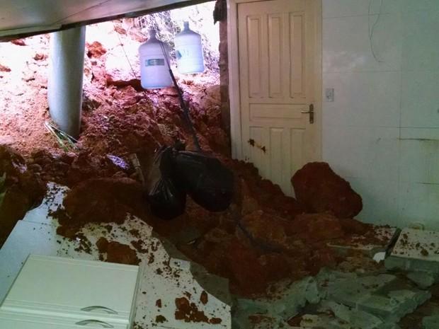 Casa em Santo Amaro da Imperatriz registrou novo deslizamento (Foto: Defesa Civil/Divulgação)