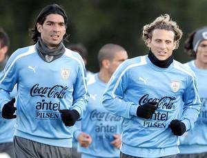 Loco Abreu e Diego Forlan no treino da seleção do Uruguai (Foto: Reuters)