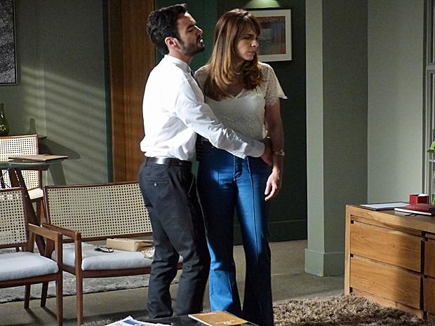 Pedro tenta manter o casamento com Danielle (Foto: Fabio Rosso/Gshow)