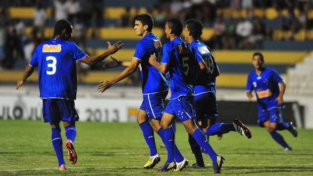 Jogadores do Cruzeiro comemoram um dos gols na vitória sobre o São Francisco-BA pelo grupo U da Copa São Paulo. (Foto: Claudio Capucho/PMSJC)
