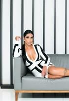 Amanda Djehdian mostra novas curvas em ensaio cheio de glamour