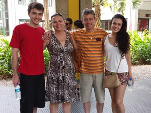 DOMINGO (9) – BELO HORIZONTE (MG) – O casal Mateus e Marina estudam em Belo Horizonte e contam com o apoio dos pais de Mateus neste domingo (Foto: Humberto Trajano/G1)