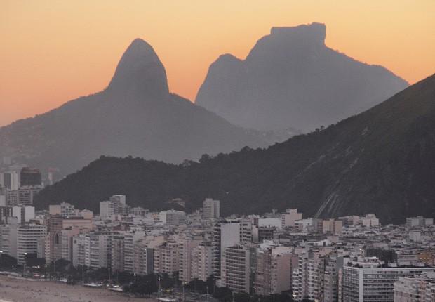 Parte da Praia de Copacabana; ao fundo, o Morro dos Dois Irmãos no final do Leblon e a Pedra da Gávea. (Foto: © Haroldo Castro)
