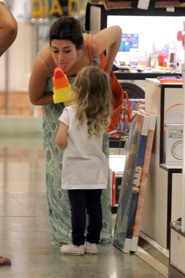Fernanda Paes Leme no shopping (Foto: Marcos Ferreira / Foto Rio News)