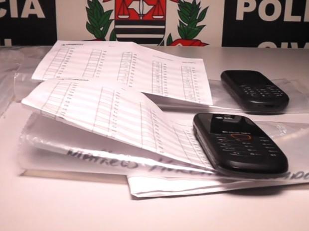 Celulares usados por candidatos de medicina para receber as respostas em vestibular da Unifae em São João da Boa Vista (Foto: Eder Ribeiro/ EPTV)
